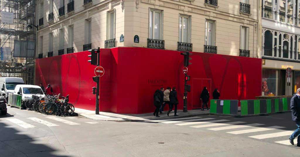 Marquage adhesif sur palissade de chantier pour la marque Valentino.