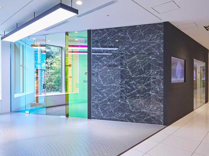 Pose de films décoratifs dichroïques et films di-noc imitation marbre.